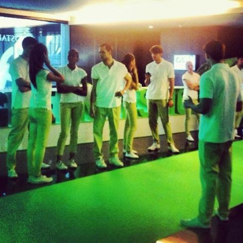 KarlandBasics confecciona los uniformes para los azafatos de Pfizer Samsung